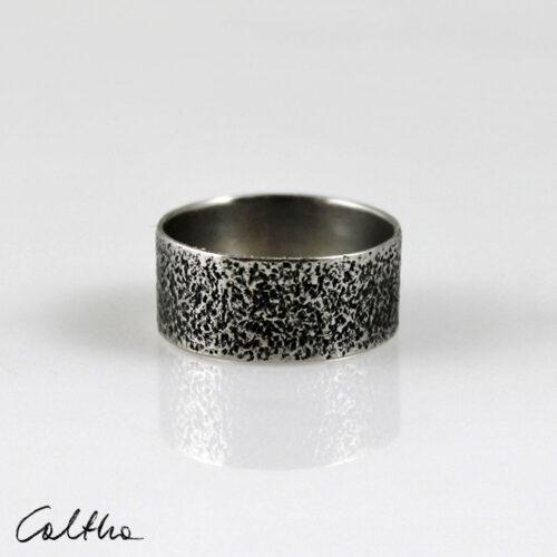 Szeroka metalowa obrączka